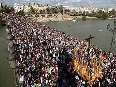 Puente de Triana cuando pasa el Cristo del Cachorro.