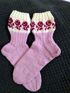 KARDEMUMMAN TALO: Ruususia ja ruususukat Knitting Socks, Baby Knitting, Knit Socks, Knit Baby Dress, Mittens, Slippers, Dresses, Teen, Fashion