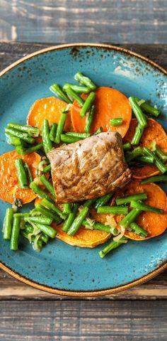 Step by Step Rezept: Schweinefilets mit Honig-Thymian-Soße dazu gebackene Süßkartoffelscheiben und Buschbohnen  Rezept / Kochen / Essen / Ernährung / Lecker / Kochbox / Zutaten / Gesund / Schnell / Frühling / Einfach / DIY / Küche / Gericht / Blog / Leicht  / 30 Minuten / Schwein / Sonntagsbraten / Provence / Süßkartoffel  #hellofreshde #kochen #essen #zubereiten #zutaten #diy #rezept #kochbox #ernährung #lecker #gesund #leicht #schnell #frühling #einfach #küche #gericht #trend #blog…