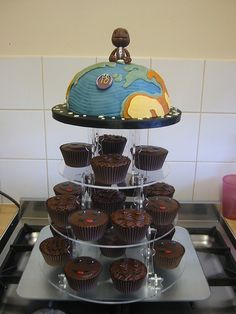 Little Big Planet cake and cupcakes. Ross Malcolm - could you make this? Fun Cupcakes, Wedding Cupcakes, Cupcake Cookies, Little Big Planet, Beautiful Cakes, Amazing Cakes, Chocolate Fudge Icing, Planet Cake, Kids Party Themes