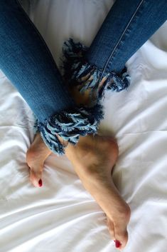 DIY Fringe Jeans in 5 Easy Steps Campus Style, I Don T Love, American Eagle Outfitters Jeans, College, Fashion Outfits, Easy, Sewing, Crafts, Decor