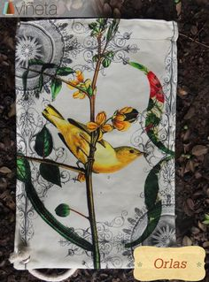 Orlas: Expresión natural de un diseño plagado de la energía desbordante de la madre tierra. Es la mezcla de sensaciones y sonidos compuestos por armonías puras y sublimes como el trinar de las aves. Perfecto para sentir la energía del verano y salir a caminar bajo la sobra de frondosos árboles que parecen conectarse con nuestras retinas mostrándonos un esplendor de color y vida.   Costo 40,000$ Medidas 29X43 Algodón 100%