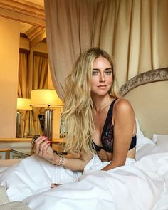 Chiara Ferragni: New cover photoshoot is happening 👌🏻 Girls In Bed, Sexy Women, The Blonde Salad, Brown Blonde Hair, Luxury Beauty, Madame, Happy Girls, Stylish Girl, Beautiful Women