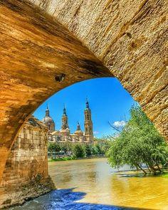 Vista de la Basílica Catedral de Nuestra Señora del Pilar desde un arco del puente de Piedra y el Río Ebro, Zaragoza España