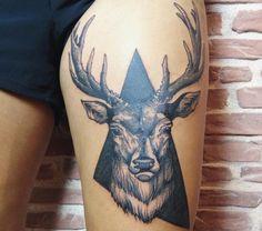 Los tatuajes de ciervos tienen numerosos significados y simbolismos. Los tattoos del ciervo o venado se asocian con la buena suerte, longevidad o devoción.