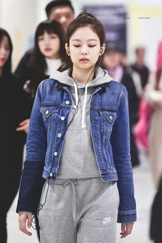 We all know that BLACKPINK's Jennie looks fantastic in all of her stage outfits but Jennie doesn't even need to wear anything special to stand out. Blackpink Outfits, Kpop Fashion Outfits, Blackpink Fashion, Korean Fashion, Casual Outfits, Airport Fashion Kpop, Kpop Mode, Jennie Kim Blackpink, Kim Jisoo