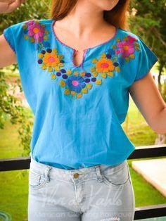 8cf5902b51 Blusa Indie Color Azul Hecha a Mano   Hecha en México   Blusa Bordada A Mano