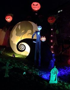 This epic Nightmare Before Christmas Yard is incredible! Sure to thrill all of the neighborhood kiddies and grownups alike! Halloween Prop, Spooky Halloween, Halloween Yard Displays, Disney Halloween Decorations, Halloween Yard Art, Halloween Outside, Christmas Yard Decorations, Halloween Christmas, Halloween 2020