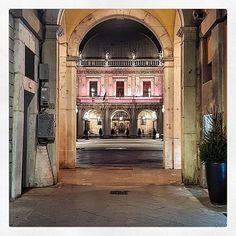 Buona serata con una piazza loggia in cornice (grazie allo scatto di @ghizzy62) __________________ #movingculturebrescia#atlantediviaggio#goodnight#piazzaloggia#frames#igersbrescia#igerslombardia#igers#piazza#architecture#archilovers#archiporn#night#bresciafoto#bresciacity#bresciacentro#instagood#picoftheday#nothingisordinary