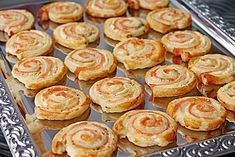 Blätterteig – Lachs – Schnecken Puff pastry – salmon – snails, a good recipe from the category finger food. Pizza Snacks, Snacks Für Party, Brunch Recipes, Appetizer Recipes, Snack Recipes, Party Finger Foods, Finger Food Appetizers, Aperitivos Finger Food, Shellfish Recipes
