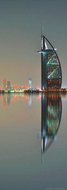 Dubai 두바이의 한 야경, 두바이의 상징인 버즈아랍호텔- 새벽에 우리가 함께 여행할곳은 느무느무 많다라는 사실을 사진이 나의 귀에 마치 속삭여주는듯한 사진이네요. 다른 대륙들과 다른 느낌을 소유한 중동만의 매력을 우리자기와 함께 누리고 싶네요