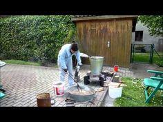 Raku Brennen im Garten in einem holzbefeuerten Ofen