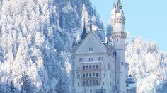 """Castillo de Neuschwanstein construido por el Rey Ludwig II sobre la peña de Hohenschwangau. Baviera. Alemania. Siglo XIX: La primera piedra se coloca el 5 de septiembre de 1864. Promedio de visitantes anual: 1,3 millones de personas. Aforo máximo alcanzado por día: 8.000 personas. Fue elegido por Disney en 1959 para ambientar """"La Bella Durmiente"""". (1600×900)"""