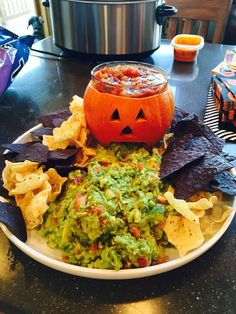 100 Halloween Appetizer Rezepte, die gruselig sind, aber lecker schmecken Try one of these spooktacular halloween party appetizers! From pumpkin cheese balls to creepy skeleton platters, there are plenty of fun halloween foods. Halloween Taco Dip, Creepy Halloween Food, Halloween Party Appetizers, Hallowen Food, Appetizers For Kids, Snacks Für Party, Halloween Food For Party, Halloween Kids, Appetizer Recipes