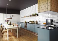 Blauwe keuken + houten vloer + witte metrotegel