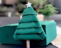Vous souhaitez réaliser un pliage simple et sympa pour Noël... Suivez le guide. Le sapin de Noël. Organisation Hacks, Napkins, Table Decorations, Guide, Noel Christmas, Table Settings, Tables, Pearl, Amazing