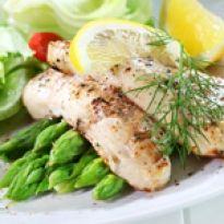 Fried fish on green asparagus with salad Aquaponics Fish, Fried Fish, Tilapia, Fish Recipes, Asparagus, Potato Salad, Fries, Menu, Chicken