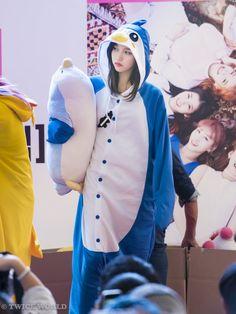Kpop Girl Groups, Korean Girl Groups, Kpop Girls, Cute Korean Girl, South Korean Girls, Twice Fanart, Sana Momo, Twice Dahyun, Penguin