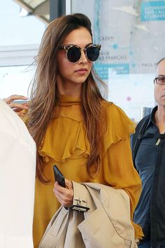 Deepika Padukone Looks Gorgeous As She Arrives At Nice Côte d'Azur International Airport For The Cannes Film Festival 2017 in France. Bollywood Saree, Bollywood Actors, Bollywood Celebrities, Bollywood Fashion, Deepika Ranveer, Deepika Padukone Style, Ranveer Singh, Indian Film Actress, Indian Actresses