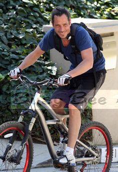 chris cornell ayysss lw gustaba andar en bici..como duele :(