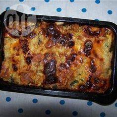 Auflauf mit Zucchini-, Brotwürfeln und Käse