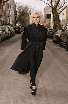 """This is Debbie Harry. She is Let that sink The new Blondie album """"Pollinator"""" comes out May Blondie Albums, Women Of Rock, Blondie Debbie Harry, Prom Queens, Women In Music, Festival Outfits, Musical, Playing Dress Up, Fashion Beauty"""