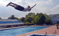Un niño salta en el agua de una piscina pública en Essen (Martin Meissner/AP)