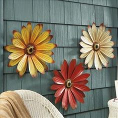 Creative Outdoor Wall Decor Ideas Find and save ideas about Outdoor wall decorations on Pinteres Outdoor Metal Wall Decor, Iron Wall Decor, Outdoor Art, Outdoor Walls, Outside Wall Decor, Metal Wall Flowers, Tin Can Flowers, Metal Roses, Pretty Flowers