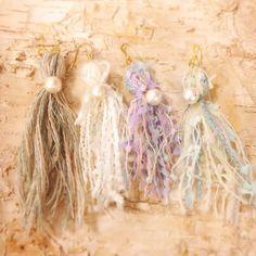 淡いブルーの引き揃え糸をリボンにコットンパールで華を添えた、ふわふわファンシーな片耳ピアス。カラーは現在四色お好きなものをひとつお選びください。片耳ピアス&r...|ハンドメイド、手作り、手仕事品の通販・販売・購入ならCreema。
