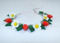 Bracelet fraises fleurs de fraisier et par latelierdespinup sur Etsy