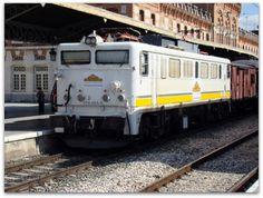 """Tren de la Fresa. Año 2010.  Imágenes de la locomotora eléctrica Mitsubishi 269-404-0, conocida vulgarmente como """"La Vaticana"""", a la cabeza del furgón y coches del Tren de la Fresa."""