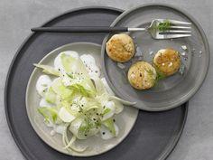 Menü mit Fisch - Vorspeise: Goldbraun gebratene Jakobsmuscheln mit Fenchel-Zwiebel-Gemüse - smarter - Kalorien: 263 Kcal - Zeit: 20 Min.   eatsmarter.de