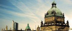 """""""Leipzig, das unbekannte Wesen"""" – so oder so ähnlich könnte man die sächsische Großstadt im ersten Ansatz betiteln. Doch die Wahrheit sieht wesentlich positiver aus: In den letzten Jahren ist die Mischung aus kultureller Tradition, moderner Infrastruktur und pulsierendem Nachtleben zu einer interessanten Einheit verschmolzen. Deswegen – und aufgrund der Nähe zur Hauptstadt – trägt Leipzig mittlerweile den inoffiziellen Beinamen """"Klein Berlin"""". Empire State Building, Big Ben, Berlin, World, Travel, Leipzig, Hostel, Nightlife, Germany"""