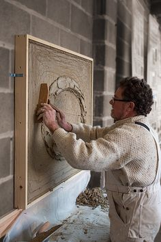 Master Plasterer, Jeff Orton, using a tramel to set out, and run / create a moulded 'Prompt', Natural Cement, Lime Plaster ellipse.