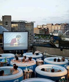 LONDON'S HOT TUB CINEMA omg this is amazing for two reasons. outdoor movie and they are watching Anchorman! I wanna go! Cinemas In London, Spas In London, London Food, London City, Outdoor Cinema, Outdoor Theater, Outdoor Spa, Indoor Outdoor, Cool Inventions