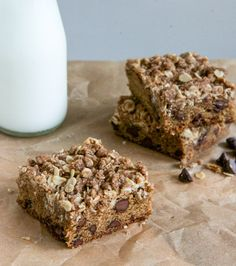chewy chocolate chip blondies with oatmeal cookie streusel http://www.recipesfeedfood.com/chewy-chocolate-chip-blondies-with-oatmeal-cookie-streusel/
