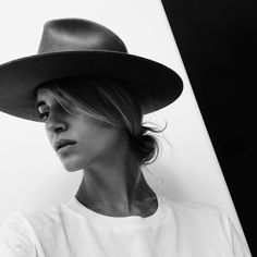 Janessa Leoné | The Alara obsessed with this wool hat with a white tee