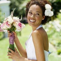 Selecionamos 20 noivas negras que arrasaram em seus casamentos exibindo seus cabelos naturais. Lindas de morrer, gente! É muita elegância! <3