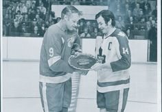 Leafs captain Dave Keon presents Red Wings Gordie Howe with a gift prior to a 1971 game. Hockey Cards, National Hockey League, Toronto Maple Leafs, Detroit Red Wings, Boston Bruins, Hockey Players, Ice Hockey, Baseball, The Originals