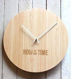 Reloj de pared de madera con un mensaje importante.