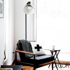 Acolhedor, o espaço de leitura é contemplado com iluminação natural