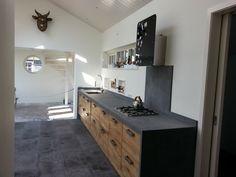 Mooi beton cire aanrecht blad met eiken deurtjes