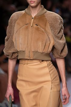 Fendi at Milan Fashion Week Spring 2019 - Details Runway Photos Fashion Details, Look Fashion, Runway Fashion, Spring Fashion, Fashion Show, Autumn Fashion, Womens Fashion, Fashion Trends, Mode Outfits