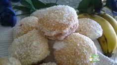 KANELA: Un Mundo de Recetas: Coquetes de Coco relleno de Nata Coco y nata le dan juego a estos bizcocho borrachos.