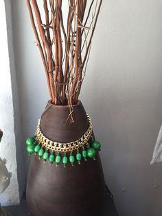 Collar babero verde, hecho a mano, DYE, en La tentación de Violeta. C/Eugenio Salazar 6 Madrid.