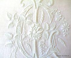 LINGE ANCIEN/Exceptionnel monogramme ancien brodé sur une serviette en damassé de fil de lin pour  collection ou couture