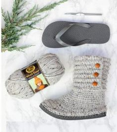 With this free pattern and crochet video tutorial you can make your own look-a-like crochet Uggs! These crochet UGG boots with flip flops fo. Crochet Slipper Boots, Crochet Slippers, Easy Yarn Crafts, Crochet Crafts, Diy Crochet, Diy Crafts, Easter Bunny Crochet Pattern, Crochet Patterns, Yarn Projects