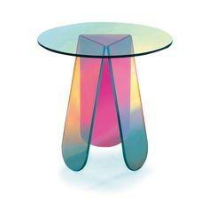 パトリシア・ウルキオラによる、虹色の《シマー テーブル》。 | casabrutus.com
