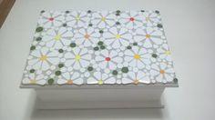 Caixa em MDF decorada em mosaico de azulejos. Mosaico floral rendado.