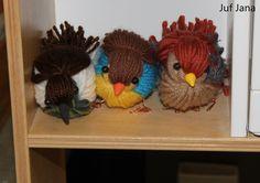 Zelfgemaakte vogels van wol, poten van ijzerdraad, snaveltjes van klei en oogjes van klevende parels